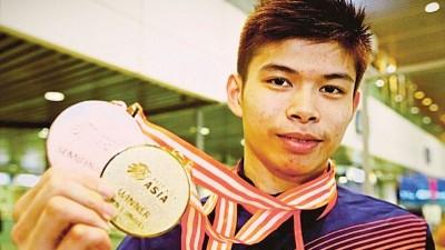 梁峻豪于航站展示其取得的亚青赛金牌。