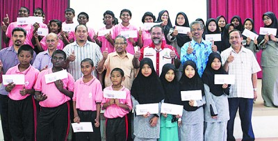 佳日星(中排右3)颁发援助金予其选区的28名学生。