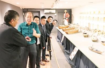 骆锦地(左2)向菲力(左1)讲解早期槟城码头的故事,左3起为陈荣宗、涂永辉、刘荣鸿及胡国强。