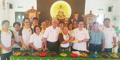 林冠英(右3)移交8万支票予刘全基(左6)接领,众议员与理事陪同。