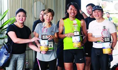 黄可盈(左1)颁奖予公开团体赛冠军组。