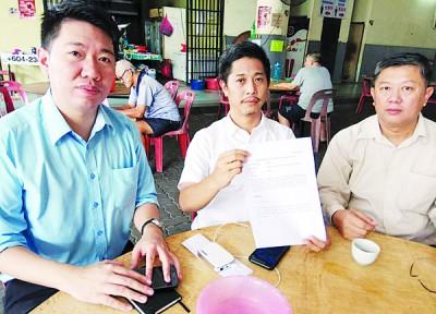 魏晓隆展示教育部长针对新民华中申请兴建二校的答复信件内容,左为黄思敏及陈国耀。