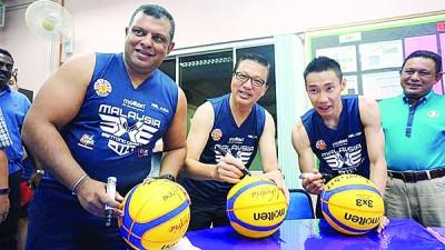 东尼费南德斯(左起)丶廖中莱及李宗伟难得抽空一起参与慈善篮球赛。