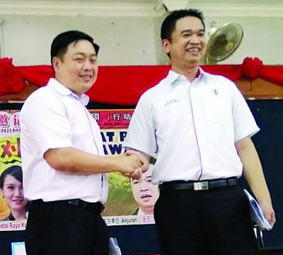 辩论会结束后,吴健南(左)与张聒翔来个君子握手。