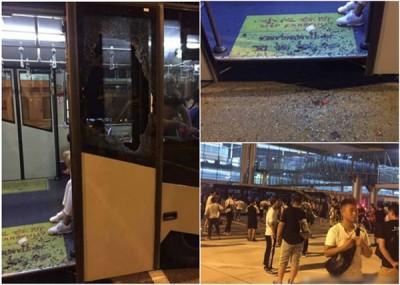 客机故障须急退重庆,客人不满行程受阻,还是激动砸毁机场客运大楼的接驳巴的玻璃。