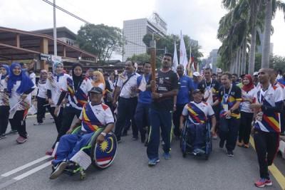 大马男钩国手S古玛(中)在吉隆坡孟沙国能公司至士布爹的路段上传递。