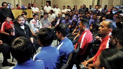 东姑依斯迈在国足队的誓师会上激励即将出征吉隆坡东运会的22岁以下国足队球员。