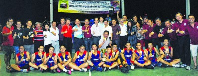 男子组冠军日新国中展现高昂士气,接领奖项后瑟校长、领队、教练及嘉宾们合影。