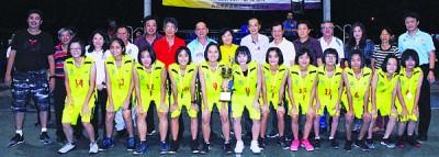 御足之家登上女子组冠军宝座,教练及全体队员接领奖项。