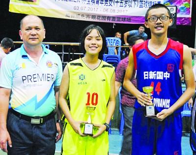 最有潜质球员陈伟桐及吴康韵接领奖项后,与颁奖人林达宽合影。
