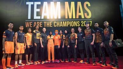国手们亲自展示即将在本月吉隆坡东运会派上用场的参赛运动服装、鞋子等装备。