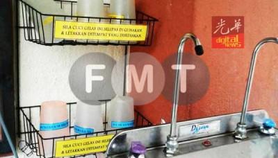 """记者在食堂饮水机旁,发现架子有杯子分开放,分别贴有 有""""伊斯兰学生""""或""""非伊斯兰学生""""标签。(图片取自《自由今日大马》)"""