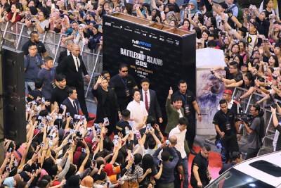 导演柳承结、黄晸玟、苏志燮、宋仲基以数十名保鑣围成长方形一路护送走红毯,4人口常常跟两侧粉丝以及站在广场内各楼层上的粉丝打招呼、舞,现场气氛热爆。