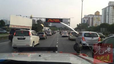 第二中环公路的道路告示牌提醒车主,指前方出现车祸,造成道路阻塞。