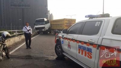 """罗里在大道失控""""拦路"""",交警受召到场维持交通秩序。"""