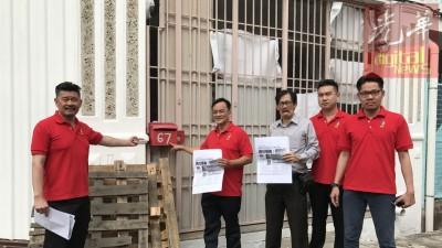 黄家业(左起)、王松富、林致群、黄宗汉及刘义仁到近打冷67号门牌寻找林吉祥。
