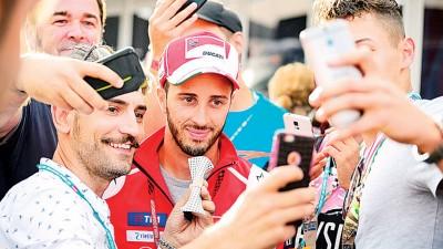意大利名将多维兹奥索(中)满足热情的粉丝的自拍。