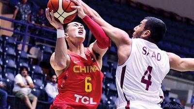 中国的核心控卫郭艾伦(左)对卡塔尔一役取得全场最高的30分。
