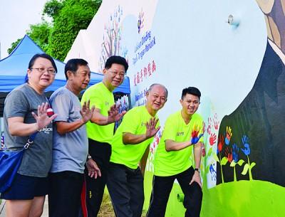 张盛闻(右起)在姚长禄、旺沙玛珠区会秘书黄孝儒、副主席黄财及志工廖翌因的陪同下盖上手印。