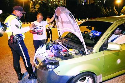 交警在截查时,发现一名非法改造轿车的司机。