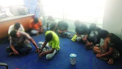 反毒机构执法员突击一间住家,将9男子带返助查。