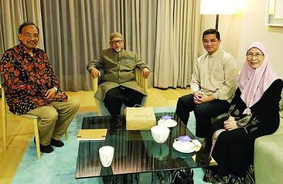 旺阿兹莎(右)带领公正党领导探望哈迪阿旺(左2)。左起为哈沙鲁丁和阿兹敏。