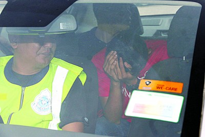 警方把一些疑是滋事者带返警局进行调查。