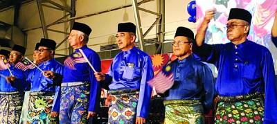 首相(前排左3)带领出席者一起高唱爱国歌曲及挥扬小国旗,右起为拉迪夫、阿末韩查、莫哈末阿里;左2是依德利哈伦。