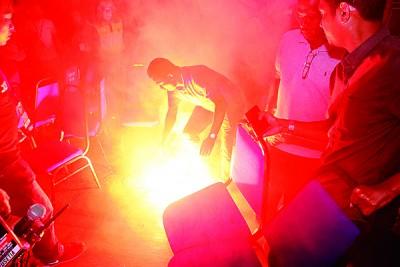 论坛现场出现烟火,出席者赶忙将之扑灭。