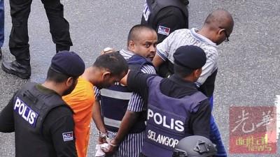 """其中一名被告身穿防弹衣,相信是""""24党""""首脑之一。"""