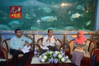 依斯迈在槟渔业局高级总监阿布及总监诺艾沙陪同下,召开记者会。