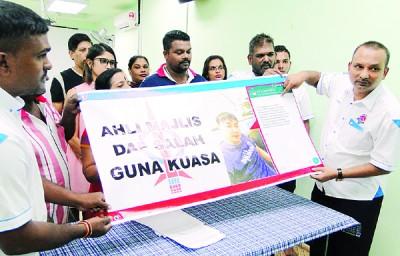 高渊北区印裔走廊公会主席拉惹西雅(右)以及理事指责方美铼滥用权力。