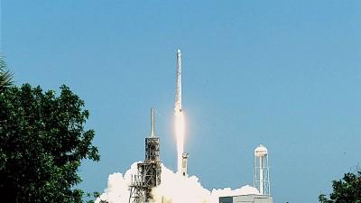 "SpaceX火箭载着""龙飞船""放升空,用首尊超级电脑送往国际空间站。(法新社照片)"