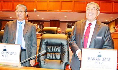 阿末巴沙(右)到达州会议厅,左为行政议员古阿还拉曼。