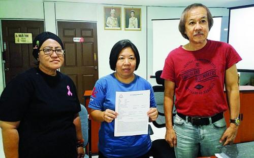 柯爱萍(中)向杜青和(右)投诉险遭老千欺骗,左为阿芝利纳。