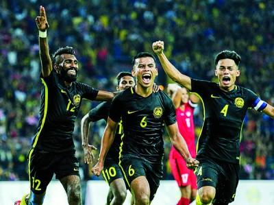 大马男足庆祝进球。