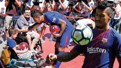 保利尼奥亮相,与球迷互动。