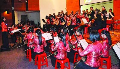 当陈永蓉挥下,新民华中为演奏数篇动听曲子。