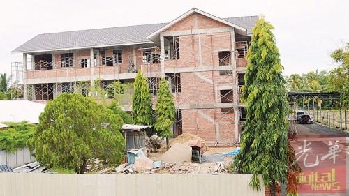 三层新建筑物的工程完成进度已达80%以上。
