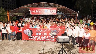 """第7场""""爱马来西亚,反盗贼统治""""座谈会于周五走入传统马来甘榜举办,获得当地马来村民的踊跃支持。"""