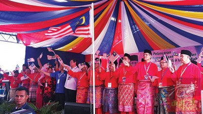 阿末扎希(右一)为巫统打昔牛汝莪区会代表大会主持开幕,沙布丁(右2)、拿督再纳(右3)、邓章耀(右8)及陈德钦(右9)陪同。