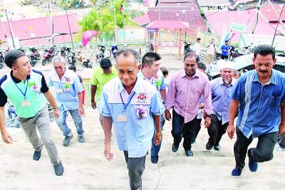 赞比里(右3)抵达邦咯岛海南会馆,获一众地方领袖迎接,前排左2为吴文光。