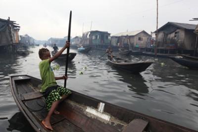 尼日利亚发生超载船只翻沉事故。