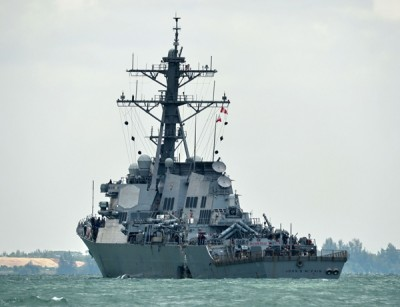 麦凯恩号在马六甲海峡附近和商船相撞。(法新社照片)
