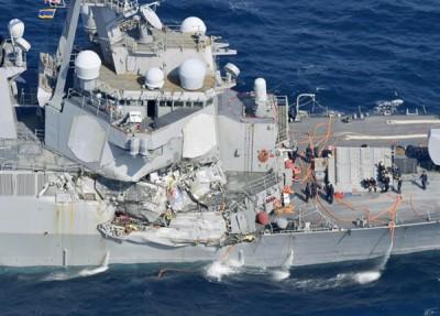 """本年6月17天凌晨菲茨杰拉德号在横须贺西南部遭菲律宾货柜船""""ACX Crystal""""一半碰撞,船身被撞到变形。"""