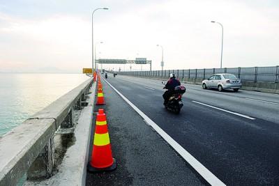 离槟城大桥前无异公里处已起停圆锥。