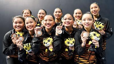 大马韵律泳队在完成团体自由自选赛收官战后,开心展示银牌。