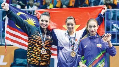 杨翠微(中)为越南拿下个人第二金。