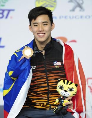 沈威胜创大会纪录卫冕东运会男子400米自由泳金牌。