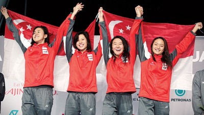 柯瀞文(右2)与大姐柯婷文、林香杞和王敏恩一起打破女子接力自由泳东运纪录。